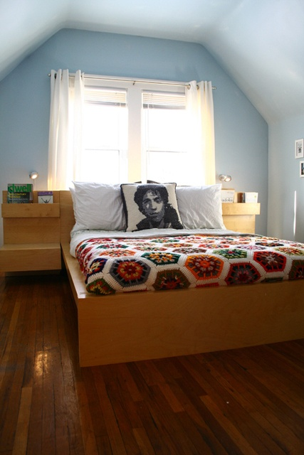 This space totally pulls off the afghan, modern bed-frame and graphic pillow.  <3