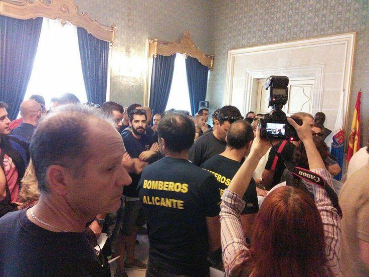 Los Bomberos de Alicante entregan en el Pleno del Ayuntamiento de Alicante las firmas de la mayoría del colectivo negándose a trabajar la noche de la Cremà de las Hogueras por incumplimiento del Ayuntamiento de la ley y de los acuerdos adoptados.