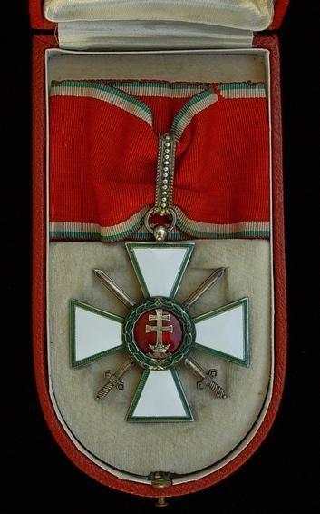 Magyar Érdemrend Középkeresztje hadiszalagon, kardokkal