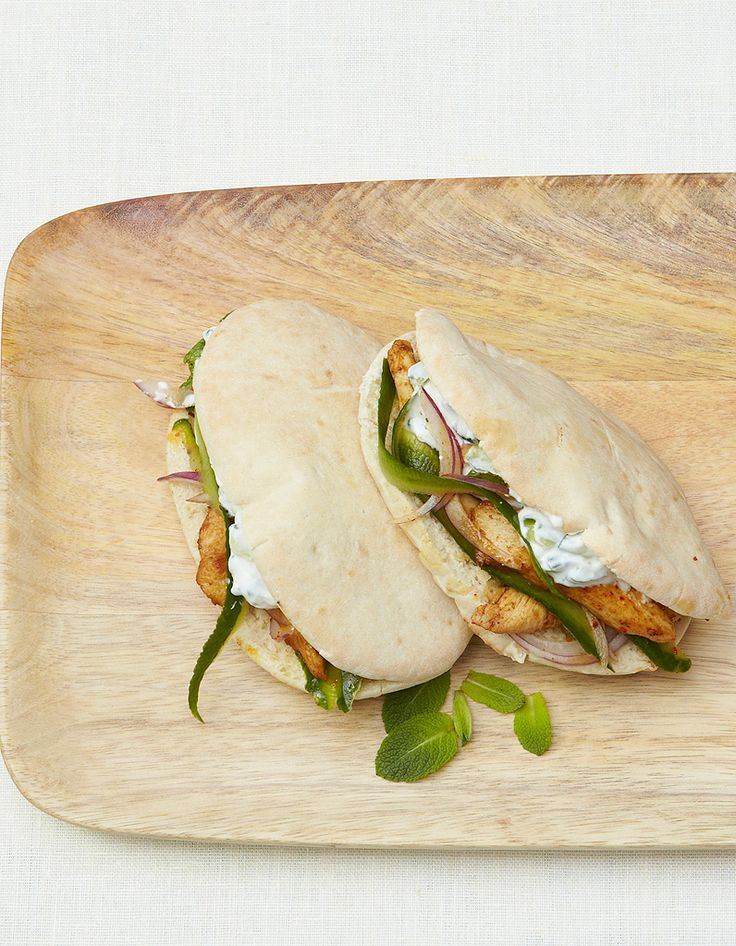 Recette Pitas au poulet, sauce concombre : Rincez les concombres, épongez-les et râpez-les en longues lanières avec un épluche-légumes, en n'entamant pas...
