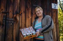 """Wraz z ostatnimi dniami września wybraliśmy się w Beskidy, w rejon określany Beskidem Wyspowym, gdzie odwiedziliśmy gospodarstwo Państwa Ireny i Pawła Szewczyków, certyfikowanych producentów suski sechlońskiej #ChOG. Można powiedzieć, że nasza wizyta była jednym wielkim świętem zmysłów. Proces produkcji odbywa się w wyjątkowych """"okolicznościach przyrody"""". Na tle beskidzkiego wczesnojesiennego pejzażu możemy posmakować suszonych śliwek prosto z suszarni, których woń ciepłym dymem roznosi się…"""