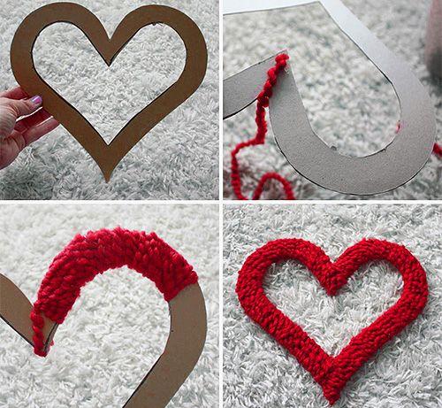 Вырезав из картона сердечко и обвязав его нитками, можно сделать оригинальную рамку для фотографий на День святого Валентина.