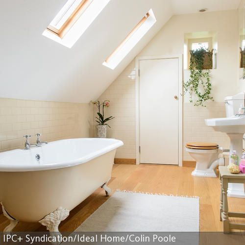 Die freistehende Badewanne in Creme ist das Highlight in diesem sonst sehr schlicht gehaltenen Badezimmer. Mit ihren pompösen Löwenfüßen und runden Formen  …