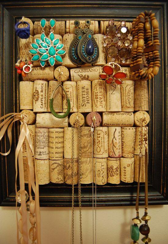 Des bouchons de liège dans un cadre pour vos bijoux . / Corks within a frame for your jewels.