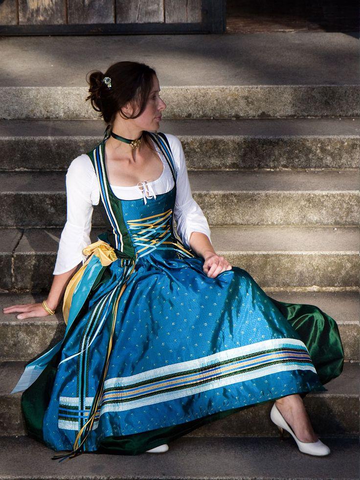 Langes Dirndl mit Miederschnürung in den Farben Königsblau und Tannengrün. Historisches Dirndl Michaela Keune