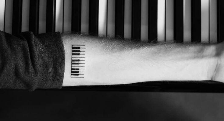 Tatuaje simple de teclas de piano en el antebrazo   – Tattoo