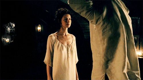 [gif] WARNING: Jamie gets naked!!! || Claire: Take off