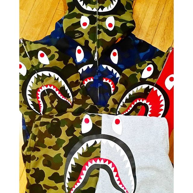 【nan1959.458.650.7.310lx】さんのInstagramをピンしています。 《どうしよう。買いすぎた。#エイプ#ベイプ#ape#bape#abathingape #シャーク#シャークパーカー #パーカー 同じような#サメ ばっか。#bape推進委員会 。推進し過ぎ。#水族館。そして暑くて着れない。#カモフラ#キャバクラ でも#カモ。#最高かよ#最高ではない。#タンスの肥やし  そして帰宅したら家族が誰もいない。冷凍食品を炒めて食べる(石焼きビビンバ。以外と#美味しい#美味)#週末 なので#白浜#白良浜#南紀白浜  に#ジェットスキー に向かうのであります。#明日 は#晴天#海 でも#ストリート。#ヒップホップ。大してそうでもない。早くも#脱皮。南ちゃんは一皮も向けず。セーターを半分かぶってる雑誌のことでもない。》