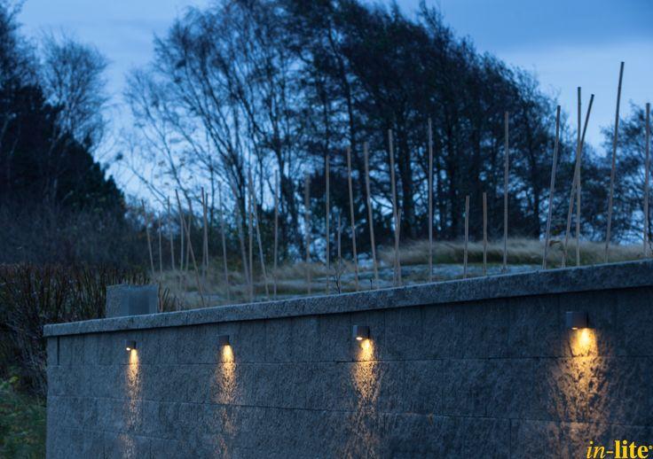 Tuinwand als blikvanger | Buitenverlichting 12V | Tuin in Zweden | Wandlamp CURV | Inspiratie | Muur | Tuin