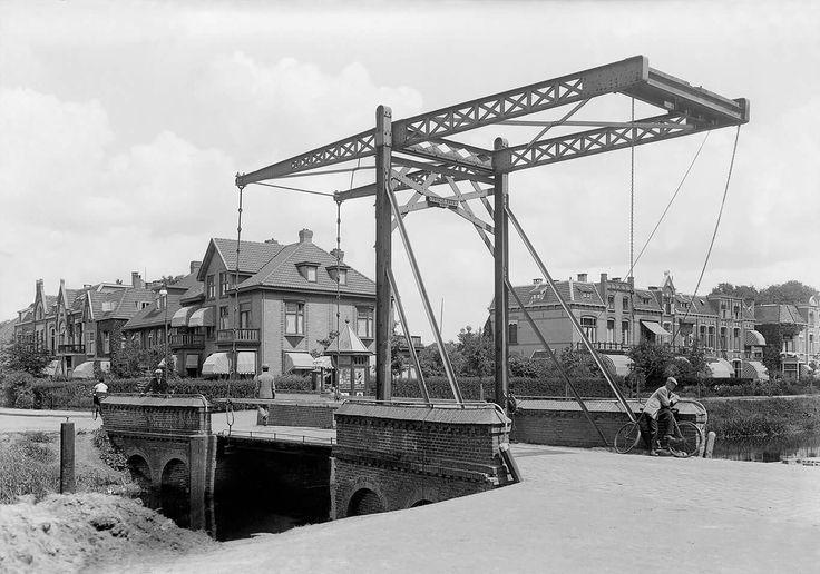 1915. De Vriezebrug in de Ootmarsumsestraat over het Kanaal Almelo-Nordhorn.