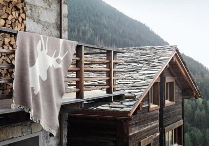 Einrichten im Alpenlook- auf livingathome.de gibt es viele Tipps :)