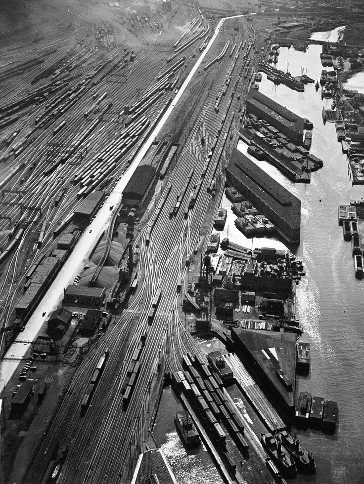 "undr: "" André Kertész Weehawken, New Jersey, 1939 """