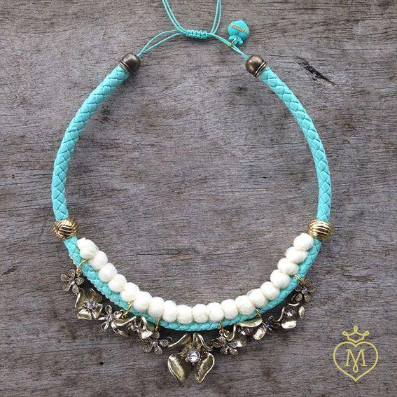Collar borlas blancas y verde menta con flores doradas. #collar #design #hechoamano #collaresmatilda #matildaaccesorios #matilda #designmatilda #matildadesign #accesoriosmedellin #accesorioscolombia #disenocolombiano