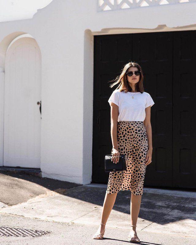 de868259ab Puedes decantarte por una camiseta blanca básica y una falda midi de  estampado de leopardo para ir a una celebración familiar. Solo tienes que  completar tu ...