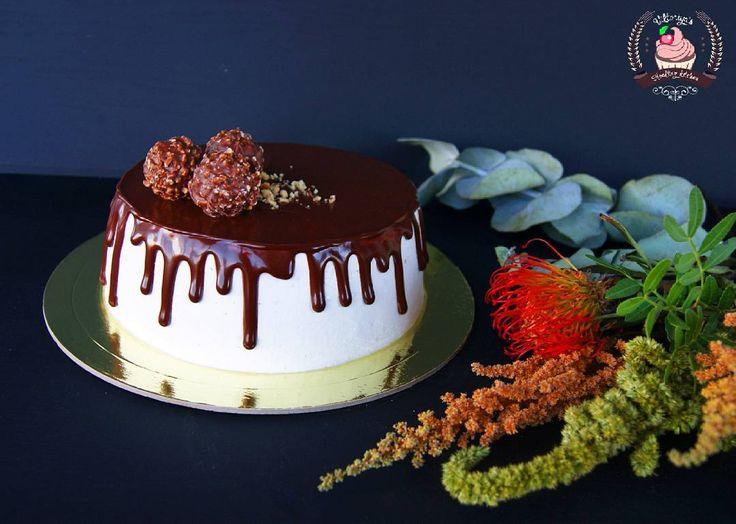 Торт для истинных шоко-любителей)) Внутри брауни с карамельными прослойками, шоколадным кремом и орехами #тортспб #тортназаказ #тортназаказпитер #санктпетербург #спб #впитереесть #питер #тортик #подарок #деньрождения #тортнаденьрождения #праздник #вкусно #cake #фудфото #подарок #cake