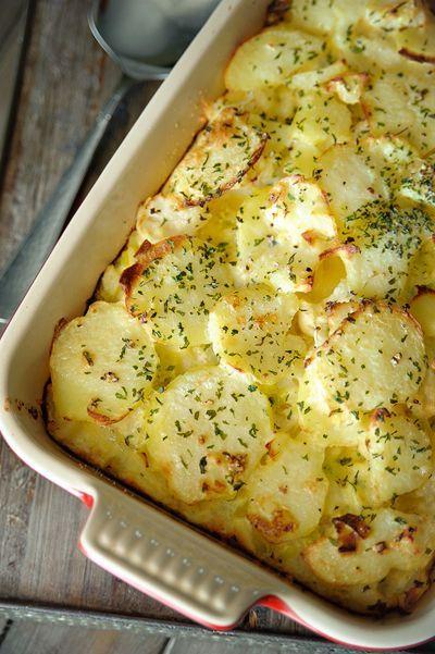 Bereiden:Breng een grote pot water aan de kook en los de bouillonblokjes op. Haal 60ml bouillon uit de kookpot en laat afkoelen. Voeg de bloemkoolroosjes, aardappelschijfjes en prei toe en laat 5 minuten doorkoken. Giet af en laat uitlekken. Meng de slagroom met de afgekoelde bouillon en de eieren. Breng op smaak met peper en zout en roer de bieslook en look door het mengsel.