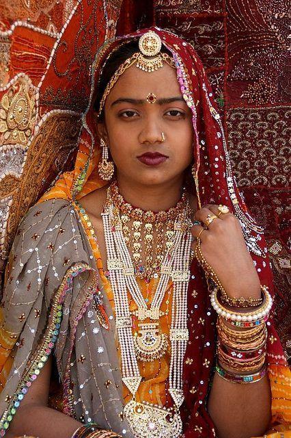Красный — цвет красоты, любви, счастья и самой жизни! Именно поэтому он присутствует в традиционных костюмах всех народов мира и служит своего рода связующим звеном между ними.