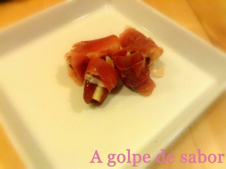 Dátiles rellenos de queso y envueltos en jamón  Receta:http://es.paperblog.com/datiles-rellenos-de-queso-y-envueltos-en-jamon-serrano-2383533/