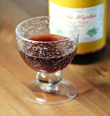 VIN DE MYRTES (500 g de myrtes,  1 kg de sucre, 4 L de vin blanc sec, 1 L d'alcool de fruits, 1 citron, 2 clous de girofle, 1 bâton de vanille) MACERATION : 40 jours - REPOS : 1 mois