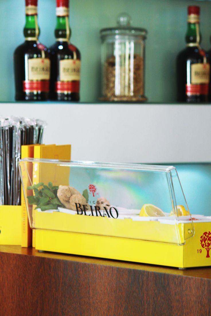 O porta condimentos Licor Beirão tem seis compartimentos e é uma ferramenta essencial à realização de cada cocktail. Podes ter à mão as limas para o Caipirão, os morangos para o Morangão, o pau de canela para o Beirão Tónico ou os frutos vermelhos para uma deliciosa e refrescante Sangria!