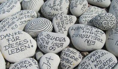 Steine mit Schrift