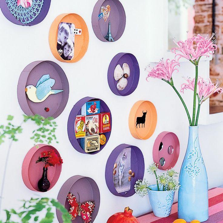 Boites à fromage rondes peintes, ornées d'accessoires puis accrochées au mur