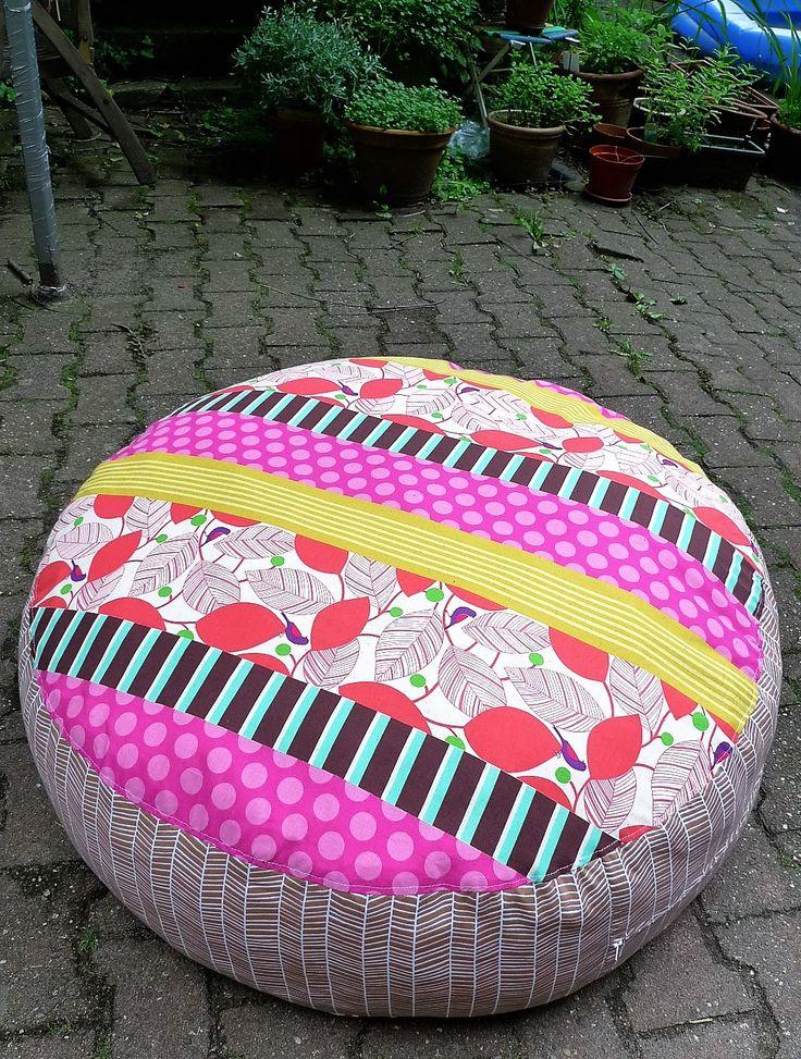 Wundervoll weiches großes Bodenkissen mit zwei Seiten und einem verbindenden stoff in der Mitte.