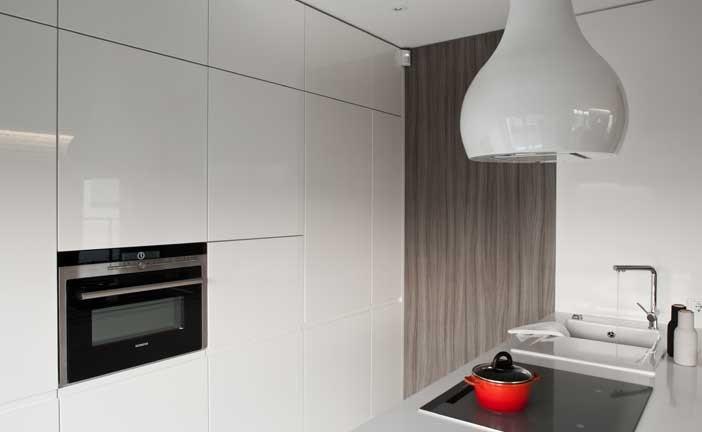 Blat i panel naścienny wykonano z wysokogatunkowego konglomeratu kwarcowego firmy Silestone.