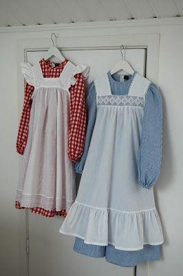 Den alltid lika klassiska och fina madickenklänningen hos Lillan & Lillebror kan beställas i blårandigt (Madicken) eller rödrutig (Lisabet) ...