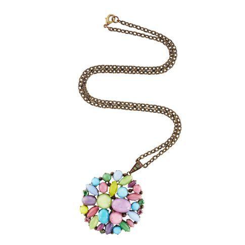 Klares Statement, selbstverständlich handgearbeitet: der Amulettanhänger aus pastellfarbenen Glassteinen, Kunststoff und Swarovski Kristallen.