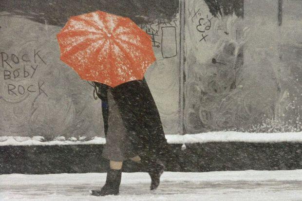 Saul Leiter (1923 – 2013) was een Amerikaanse fotograaf en kunstschilder. Zijn vroege werk in de jaren 40 en 50 van de vorige eeuw was een belangrijke bijdrage aan de New York School. Leiters bijdrage aan de fotografie wordt door sommigen als groot beschouwd en zijn werk onderscheidt zich van andere vertegenwoordigers van de New York School. Red Umbrella (1958).