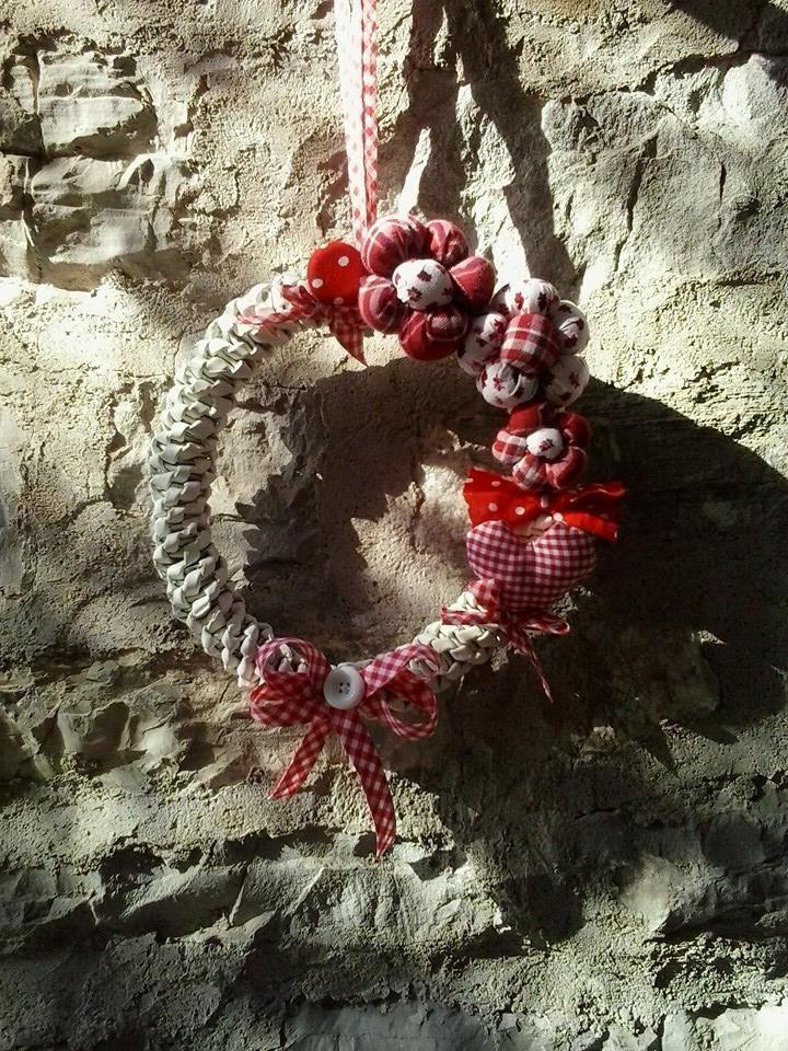 ghirlanda con decorazioni di stoffa completamente handmade!!