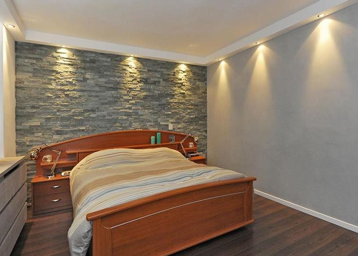 Slaapkamer met spotjes in het plafond. Bedroom with build in spots.