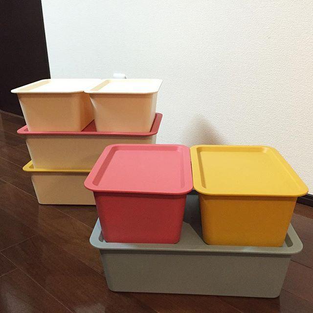 *2015.11.09.Mon* ・ IGで話題になっているらしい#ダイソー の#収納ボックス ・ 我が家は息子のおもちゃ用に使ってます☻ (ブルー大とピンク&イエロー小) ・ これがキッチンの一番下の引き出し収納にピッタリだったから、息子のおもちゃ用の追加も欲しかったのでまた買いに行きました〜♫ ・ でも!!! この前は大きいのも小さいのも全色あったのに、今日は小さいのはホワイトのみ! (小さいのはフタ付き¥108) ・ 大きいのはボックスはピンク以外はあったけど、フタがピンクとイエローしかなかった⤵︎ (大きいのはボックスとフタは別売り) ・ IGの影響力すご〜い!! ・ フタはトレーとして使う人もいるとかで、フタだけ売り切れてるお店もあるとか。 ・ ホワイトボックスには何色のフタでもかわいい☻ ・ ・ picと関係ないけど、娘、今日で7ヶ月❀ ・ 今日から2回食にしてみました☻ ・ ・ * * * #DAISO #スクエア収納ケース #収納ケース #スクエアボックス #フタ付収納ボックス #RectangularStorageCase4L…
