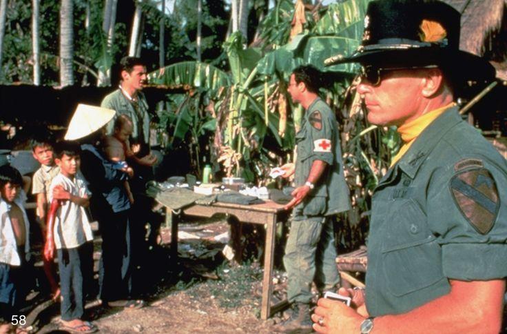 """""""Apocalypse now"""" de Francis Ford Coppola (1979). Film très onéreux, notamment en raison des exigences de Marlon Brando. avec aussi Martin Steen, Robert Duvall, Dennis Hopper, Harrison Ford.."""