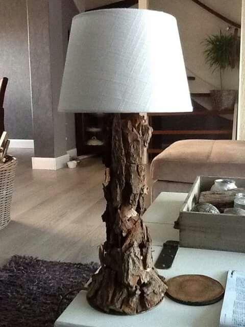 De voet van een oude schemerlamp bekleden met stukjes boomschors en jd makt een heel aparte natuurlamp..