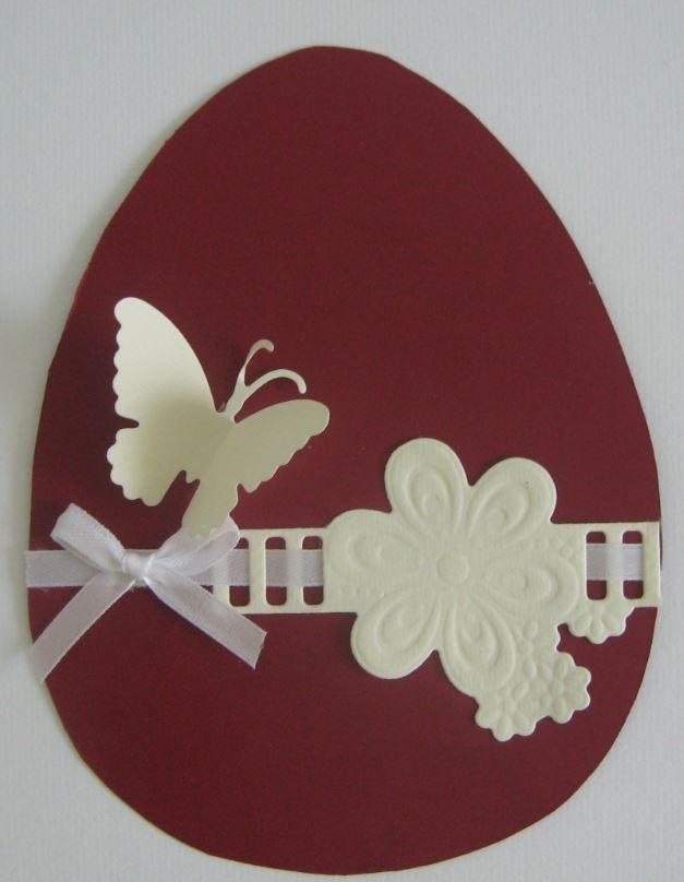 Húsvéti tojás szalagdíszítéssel, lepkével