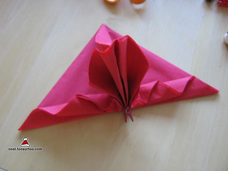 No l serviettes and triangles on pinterest for Pliage de serviette facile pour noel