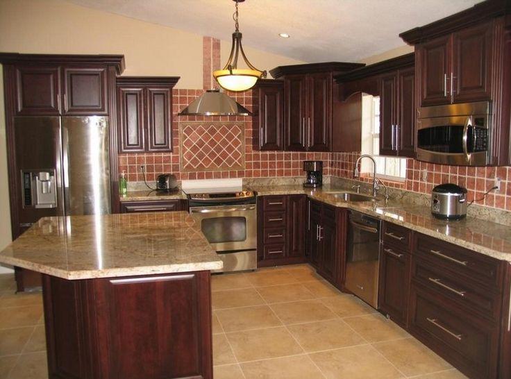 Koyu kahverengi mutfaklar, doğru öğelerle eşleştirildiğinde çok şık ve görkemli bir görünüm katıyor. Arttırılmış panel dolapları, koyu renkli ahşap dolapları, koyu renkli ahşap d