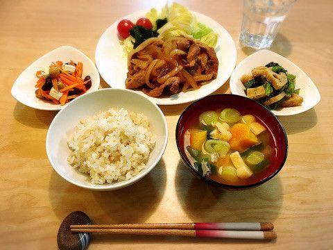 塩麹de「やわらか豚の生姜焼き」を作りました。主菜とのバランスを考えて、副菜は、豆や緑黄色野菜で栄養強化。