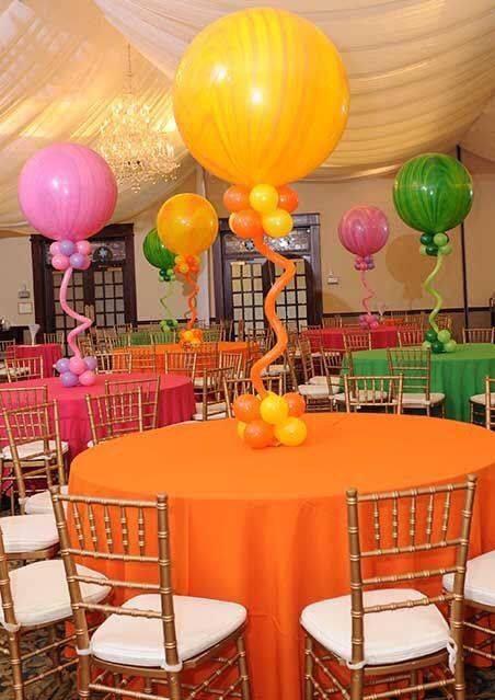 Da un toque alegre y colorido a tus eventos creando lindos centros de mesa con globos. La forma más sencilla es llenar globos con helio y atarlos a una base con peso. Sin embargo si no dispones de este gas, puedes usar varitas porta globos cortadas a distintas alturas, para posteriormente insertar en una base …