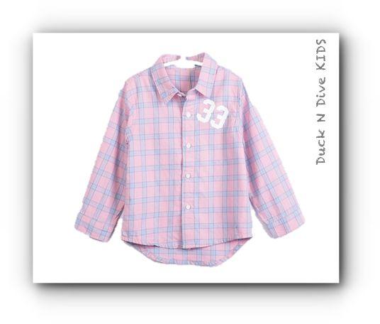 www.duckandivekids.de Mädchen School Bluse  In der School Bluse kariert in rose , fühlt Ihr Mädchen sich sehr wohl! Es ist bequem geschnitten und aus reiner Baumwolle. Somit kann es bei 30 Grad gewaschen werden. Auffällig ist neben dem schicken Karo-Muster vor allem der College-Print auf Vorder -und Rückseite  Sie öffnen das Mädchen-Bluse vom Kragen bis zum rundlichen Saum. Die tolle Duck N Dive KIDS Mädchen School Bluse  kann hervorragend in die bestehende Garderobe integriert werden.