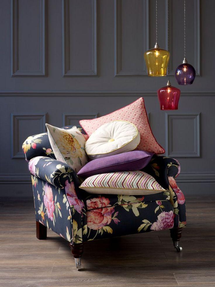 Коллекция Artemisia составлена из двух принтованных льнов цветочного дизайна Calla Linen и Rosa Linen Дизайн льна Rosa Linen повторен в набивном бархате Rosa Velvet, а в качестве тканей — компаньонов в коллекцию Artemisia включен однотонный бархат Venice ( два десятка тонов) и бархат в мелкую полоску Coombe десяти цветовых сочетаний #swaffer_fabrics