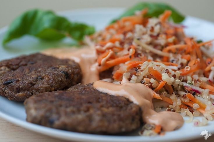 Geweldige aubergine-groenteburgers met daarbij een salade van quinoa en geraspte wortel [...]