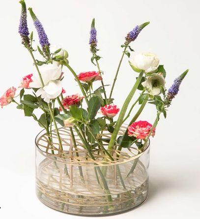 'Äng' vas från Klong i mässing och glas! En god vän till mig fick en sådan och den var helt underbar där den stod med fina blommor i! http://m.lannamobler.se/sv/vaser-och-blomkrukor/klong-vas-ang-massing
