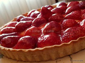 Ya sabéis lo que me gustan a mí las fresas , así es que aquí vengo con otra receta. Esta vez las fresas han acabado en esta tarta. Está he...