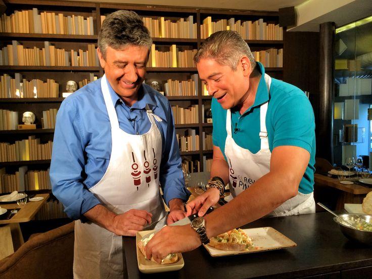Ramón Arangüena y Boris Izaguirre han estado hoy en OTTO Madrid grabando el programa 'El Rey del Pincho' para Canal Cocina. Juntos han preparado un pincho de ensaladilla de gallina típico de Venezuela. Podréis ver el resultado del programa a partir de octubre... ¡más divertido imposible!