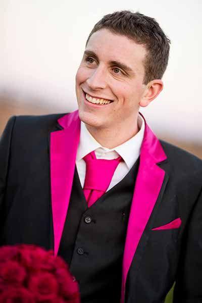 Costume de marié homme noir et rose fuchsia, lavallière et costume trois pièces