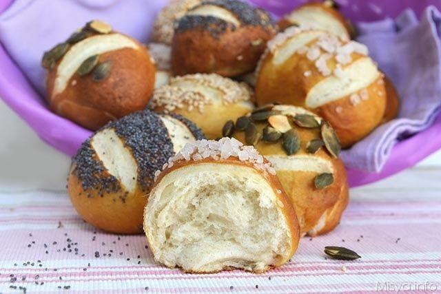 Panini laugenbrot, scopri la ricetta: http://www.misya.info/2015/10/14/panini-laugenbrot.htm