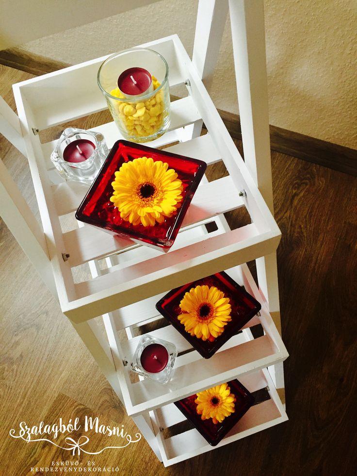 Hármas gerbera asztaldísz esküvőre. A piros kis üveg tálak nagyon dögössé teszik az összhatást. :)